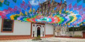 Para anunciar celebraciones se utilizan colores alegres.
