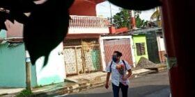 Esta fue la imagen que le tomaron a Nathaniel Peña segundos después de haberle regalado un ramo de flores a una vendedora de verduras en Tapachula.