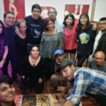 Gerardo Hernández en medio, vestido de azul, acompañado de artistas