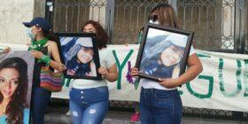 """""""A pesar de estar muerta, tiene derecho a la justicia"""" sostiene su madre. Foto: Adriana Santos."""