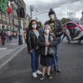 Verónica García, Alicia Jímenez García y Gerardo García Cordero, a un costado del Zócalo de la Ciudad de México, después de participar en la consulta que permita investigar y enjuiciar a expresidentes.