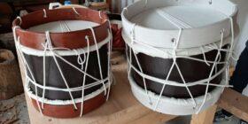 Los tambores son los instrumentos que más elabora, ya sean enfocados en la cultura zoque, tseltal o chiapacorceños. Cortesía: La Casa del Artesano