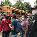 Personas de la Caravana Migrante viajaron de regreso a su país en un bus. Foto: Ángeles Mariscal.