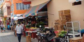 Por las calles de Venustiano Carranza, se pueden observar personas portando cubrebocas. Foto: Daladiel Jiménez