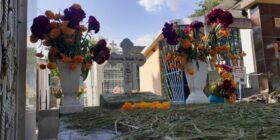 Las personas se vieron obligadas a permanecer poco tiempo en el interior de los panteones, por lo que muchas solo dejaron las flores y se fueron. Fotos: Adriana Santos.