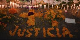 En el mural se colocaron ofrendas, para no olvidar a las víctimas de feminicidios en el estado. Fotos: Adriana Santos,