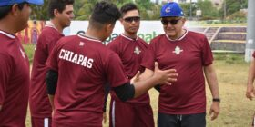 Cuando ha viajado a su rancho de descanso en Palenque, López Obrador ha acudido en ocasiones a entrenar al estadio de béisbol y ha vestido el uniforme del equipo Guacamayas. Cortesía: Mexicanos contra la corrupción y la impunidad.