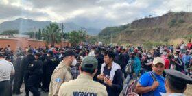 El movimiento masivo de personas se concentra en el km.177 Vado Hondo, Chiquimula. Migración Guatemala