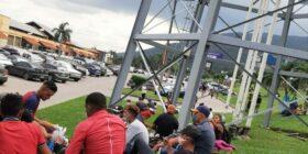 Reunión de personas en la estación de autobuses de San Pedro Sula en Honduras, que integrarán la próxima caravana migrante.