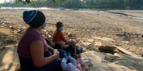 Amanda contempla con sus tres hijas la frontera mexicana. Foto: Andrés Domínguez