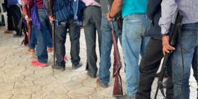 Habitantes de Santa Marta entregaron 25 rifles. Foto: Ángeles Mariscal