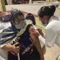 Doña María recibió la primera dosis de la vacuna antCOVID. Foto: Andrés Dominguez