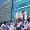 Familiares de personas desaparecidas exigen justicia frente a una Fiscalía rodeada de vallas