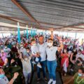 Ricardo Astudillo Calvo, hijo del actual gobernador Héctor Astudillo, posa para la foto en su precampaña. Está en la comunidad de Tres Palos, en este contexto de pandemia de covid-19 y los impedimentos de hacer actos masivos. Fotografía: Facebook Ricardo Astudillo Calvo