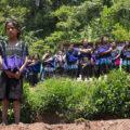 Niñas y mujeres de Los Chorros observan a las familias de Las Abejas desplazadas de la comunidad regresar a sus casas. Foto: Orsetta Bellani
