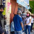 Después de pedir medidas cautelares al gobierno del estado, la candidata a diputada local por el distrito 25 con sede en Chilapa, Diana Hernández, realiza campaña acompañada de policías estatales. Fotografía José Miguel Sanchez