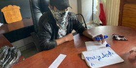 """Un joven integrante del grupo de las autodefensas """"El Machete"""", escribe su demanda: """"Justicia y Paz"""", mientras se encuentra sentado en las oficinas de la Presidencia Municipal. Foto: Ángeles Mariscal"""