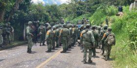 Cientos de militares avanzaban hacia el municipio.  Foto: Isaín Mandujano