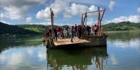 Así pasan los migrantes en la panga o el chalán de la presa de La Angostura.