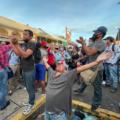 Migrantes buscan en las caravanas una salida. Foto: Ángeles Mariscal