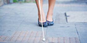 El bastón blanco es símbolo de identificación y autonomía para las personas con discapacidad visual en todo el mundo. - Foto: IPHE