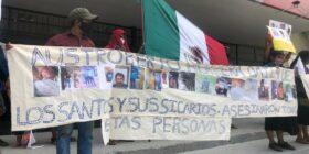 """""""Machetes"""" desconocen al alcalde de Pantelhó frente al palacio de gobierno. Foto. Isaín Mandujano"""